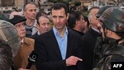 Сирия президенті Башар әл-Асад сарбаздармен сөйлесіп тұр. Хомс, 27 наурыз 2012 жыл. (Көрнекі сурет)
