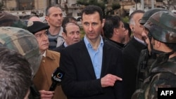 Сирия президенті Башар Асад үкімет әскерлерінің ортасында. Хомс, 27 наурыз 2012 жыл.