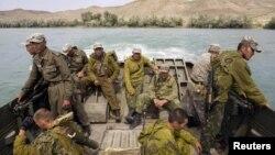 Қазақстан солдаттары оқу-жаттығу кезінде Іле өзенінен өтіп барады. Алматы, 24 тамыз 2010 жыл. (Көрнекі сурет)