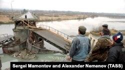 Разрушенный мост через реку Ингури, по которой проходит граница Грузии и Абхазии. Февраль, 1994 года. Архивное фото