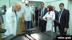 Местные чиновники посещают севастопольскую больницу. Май 2016 года.