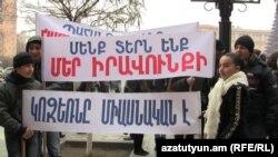 Երեւանի Կոզեռն թաղամասի բնակիչները բողոքում են Կառավարության շենքի դիմաց