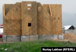 Дом, который строится у запретной «красной линии» в поселке Шанырак.