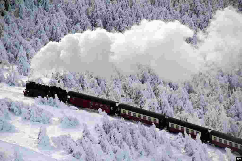 Tren që qarkullon përmes një peizazhi dimri në Gjermani.