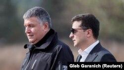 Prezident Volodymyr Zelenskiy (sağda) və daxili işlər naziri Arsen Avakov