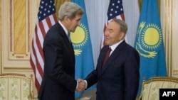 Қазақстан президенті Нұрсұлтан Назарбаев (оң жақта) АҚШ мемлекеттік хатшысы Джон Керримен кездесіп тұр. Астана, 2 қараша 2015 жыл