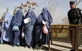 Ауған әйелдері гуманитарлық көмек кезегінде тұр. Кабул, 15 желтоқсан 2013 жыл. (Көрнекі сурет)