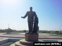 Түркіменабад қаласында Сапармұрат Ниязовқа қойылған ескерткіш.