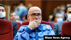 اکبر طبری در یکی از جلسات دادگاه
