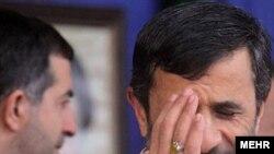اسفندیار رحیم مشایی در کنار محمود احمدی نژاد