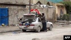 Тұрмыс заттарын көлігіне артып, Фаллуджа қаласынан қашып бара жатқан тұрғын. Ирак, 17 қаңтар 2014 жыл.