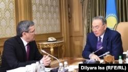 Milli howpsuzlyk boýunça döwlet komitetiniň başlygy Wladimir Žumahanow (ç) we Gazagystanyň prezidenti Nursoltan Nazarbaýew, Astana