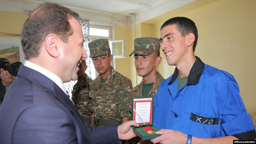 Министр обороны Армении посетил военный госпиталь, где наградил двух военнослужащих