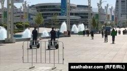 Полицейские в центре Ашхабада следят за порядком во время Азиатских игр в закрытых помещениях и по боевым искусствам.