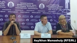 Приговоренный к ограничению свободы журналист Жанболат Мамай (в центре), журналистка Розлана Таукина и правозащитник Евгений Жовтис на пресс-конференции. Алматы, 12 сентября 2017 года.