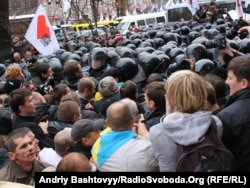 Сот ғимараты маңына жиналған Тимошенконың жақтастары. Киев, 11 қазан 2011 жыл.