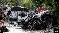 У места, где был подорван полицейский автобус. Стамбул 7 июня 2016 года.