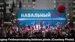 Алексей Навальный на митинге в Омске