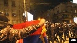В ночь на понедельник в Белграде проходили стихийные митинги протеста