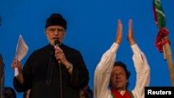 Мухаммад Тагір-уль-Кадрі (л) і Імран Хан (п) перед своїми прихильниками в Ісламабаді, 2 вересня 2014 року