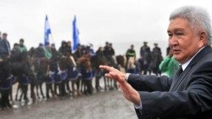 «Ар-Намыс» партиясының жетекшісі Феликс Кулов сайлау нәтижесіне наразы азаматтар алдында сөйлеп тұр. Бішкек маңындағы Бәйтік ауылы, 8 қазан 2010 жыл. (Көрнекі сурет)
