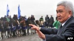 Феликс Кулов парламенттик шайлоо өнөктүгүндө өзү туулган Байтик айылында. 8-октябрь 2010-жыл.
