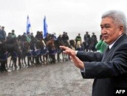 Феликс Кулов Байтик атты ауылда жұртпен кездесіп тұр. Қырғызстан, 8 қазан 2010 жыл.