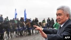 """""""Ар-намыс"""" партиясынын лидери Феликс Куловдун парламенттик шайлоо алдындагы жолугушуусу. Байтик айылы, 2010-жылдын 8-октябры."""