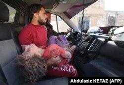 Дівчинку доправляють у шпиталь після масованого ракетного удару. Сирія, Ідліб, 30 травня 2019 року
