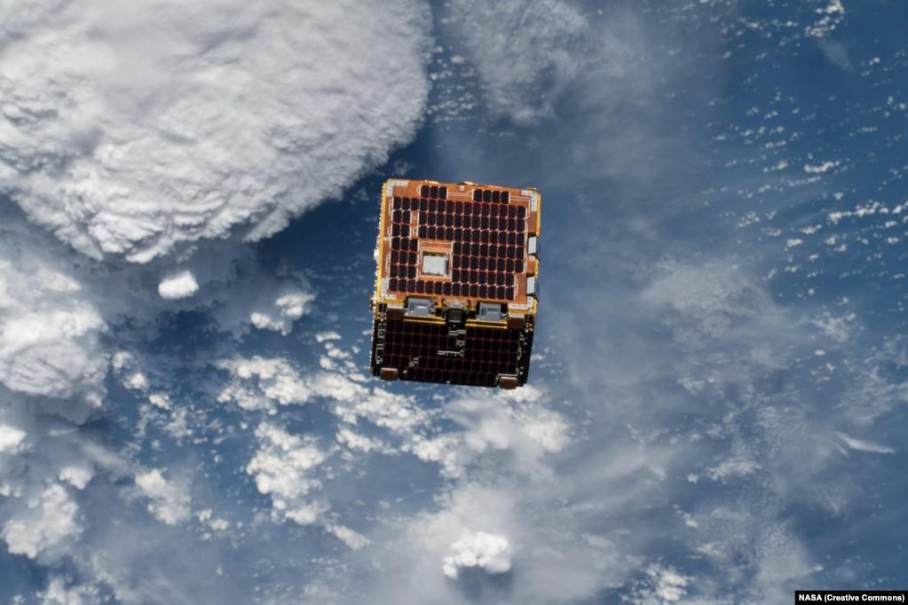 """Сегодня около 18 000 сделанных руками человека предметов – достаточно больших, чтобы их можно было заметить с Земли, – вращаются вокруг планеты. Большинство из них отработали свой срок или никогда не были функциональными. Сейчас разрабатываются программы по очистке космоса от мусора и продуктов человеческой науки. То, что такая необходимость назрела, было доказано еще в 2009 году, когда в космосе над полуостровом Таймыр на скорости 42 000 километров в час столкнулись два спутника – российский """"Космос 2251"""" и американский Iridium 33."""