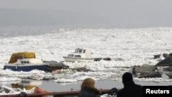 Led i uništeni brodovi na Dunavu kao posledica nezapamćenog nevremena, 22. februar 2012.