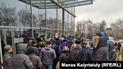 Люди у Центра правоохранительных услуг прокуратуры города Алматы требуют встречи с прокурором города и призывают освободить арестованных в связи с митингами. Алматы, 27 февраля 2020 года.