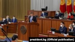 Сооронбай Жээнбеков выступает с обращением на заседании Жогорку Кенеша, 30 июня 2020 года.