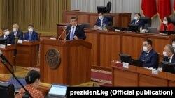 Президент Сооронбай Жээнбеков во время выступления в Жогорку Кенеше, 30 июня 2020 г.