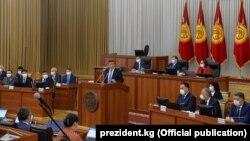 Президент С.Жээнбеков 30-июнда өкмөт мүчөлөрүнүн ант берүү аземинен кийин парламентте билдирүү жасады.