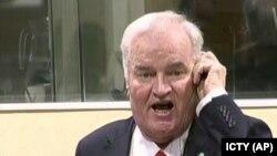 Бұрынғы серб командирі Ратко Младичтің үкім естіген кездегі түрі. Гаага, 22 қараша 2017 жыл