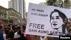 Pamje nga protestat në Mianmar, për lirim të lideres Aung San Suu Kyi.