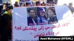 Stamboll - Protestuesit mbajnë pankartën që mban fotografitë e tri aktivisteve kurde të vrara në Paris, 09 janar, 2014