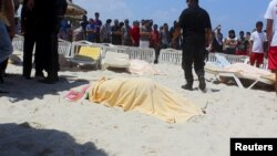 Загиблі туристи на пляжі на місці нападу, 26 червня 2016 року