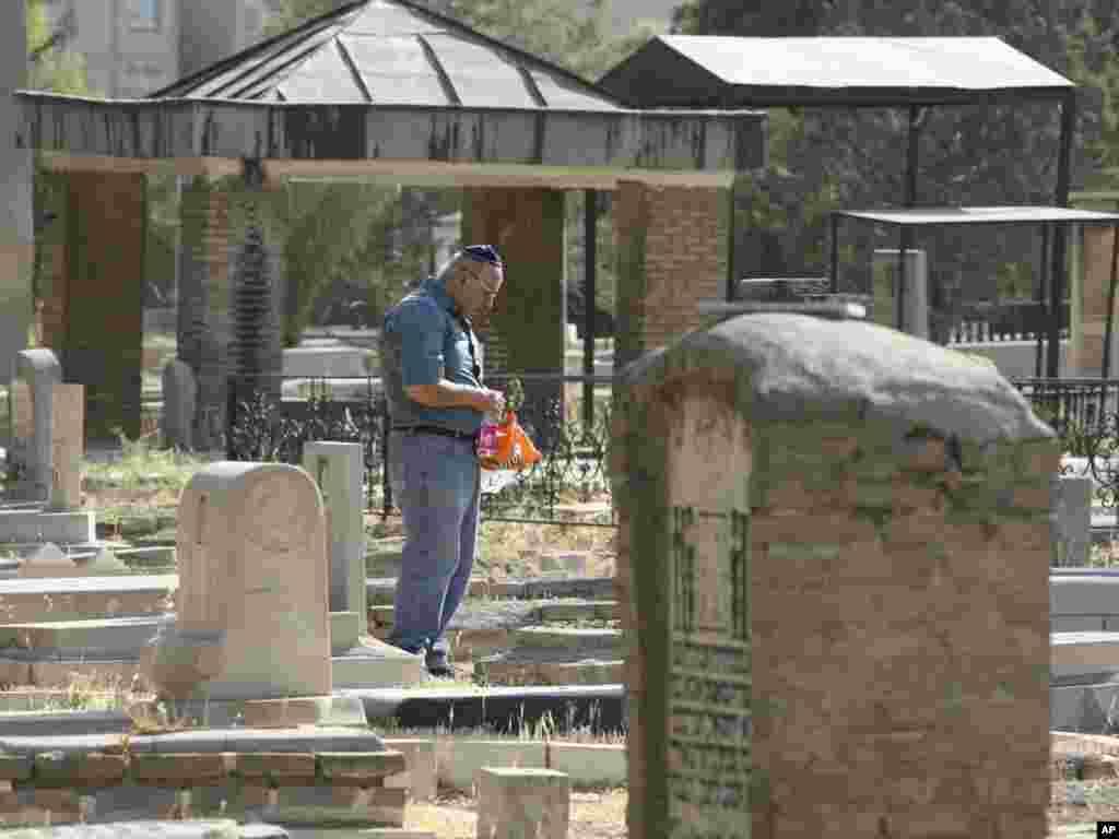 Член єврейської громади в Ірані молиться на цвинтарі, Тегеран, 5 серпня. Photo by Vahid Salemi for AP