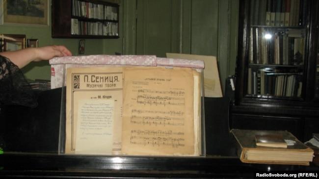 Рояль і ноти у музеї-квартирі Борися Гмирі у Києві, Україна, 2011 рік.