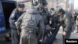 Милиция задерживает участника митинга оппозиции 31 марта во Владивостоке.