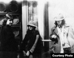 У Таліне падчас вандроўкі на рок-фэст у Тарту. Лявон справа, зьлева Жана Капусьнікава, у цэнтры Яна Первякова.