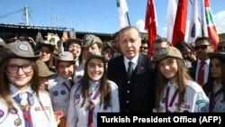 Президент Турции Реджеп Тайип Эрдоган фотографируется со скаутами в Нови-Пазаре - городе в сербском Санджаке, который населен преимущественно мусульманами. 11 октября 2017 года.