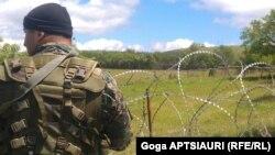 С самого утра все подъездные дороги к селам Хурвалети, Цителубани и Орчосани были перекрыты усиленными кордонами грузинской полиции. Вооруженные силовики впускали в села только местных жителей, да и то после тщательной проверки