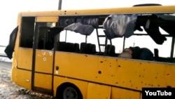 Пассажирский автобус, обстрелянный у селения Волноваха Донецкой области. 13 января 2015 года.