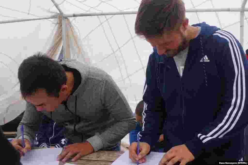 Желающие прыгнуть с парашютом шутят о своих часах перед полетом как о последних, подписывая документ о своем добровольном соглашении и о принятии ответственности за последствия.