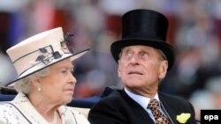 Королевская чета на скачках - непременное условие их проведения