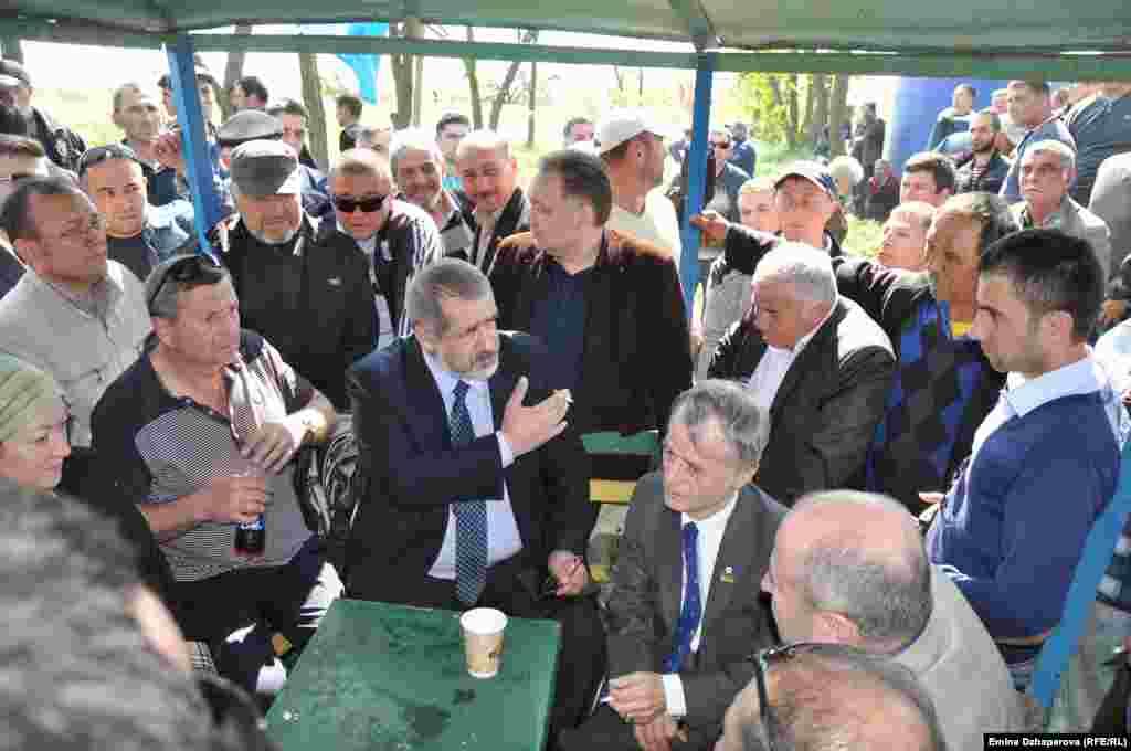 Кілька тисяч кримських татар зустрічають Мустафу Джемілєва в Армянську під час його поїздки з Києва до Криму 3 травня 2014 року