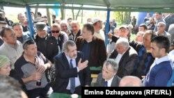 Крымские татары встретили Мустафу Джемилева на въезде в оккупированный Крым. Херсонская область, 3 мая 2014 года